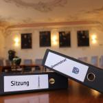Beschriftete Ordner Gemeinderat und Sitzung